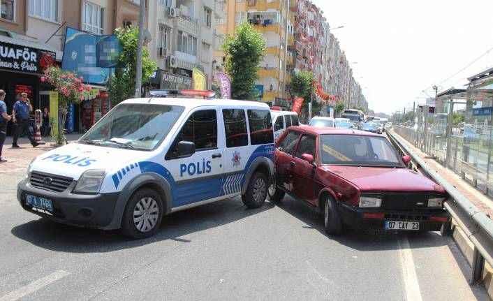 Antalya'da ehliyetsiz sürücü polisten kaçarken polis aracına çarptı