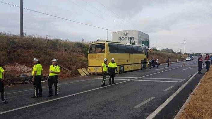 Yolcu otobüsü otomobile çarptı! 4 ölü, 42 yaralı