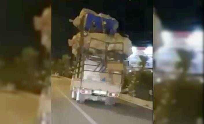 Antalya'da kamyon üstünde tehlikeli yolculuk