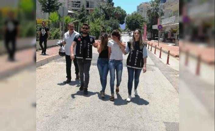 Antalya'da plastik kartla kapılarını açtıkları evleri soydular