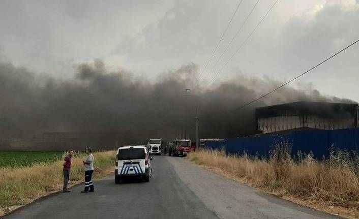 Fabrika alevlerin içinde kaldı! Yol ulaşıma kapatıldı