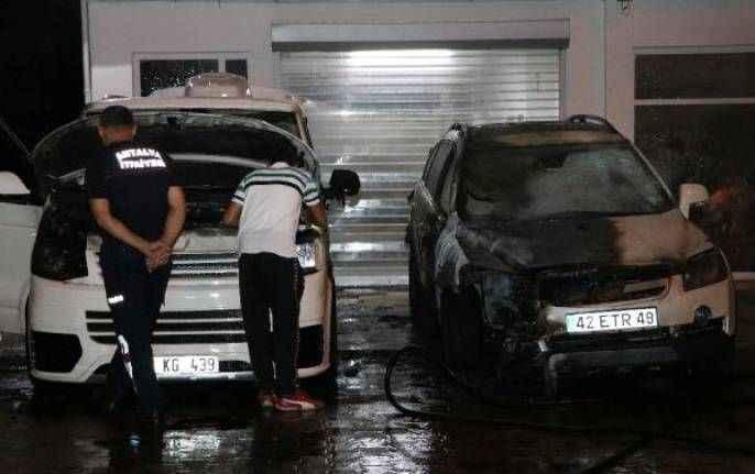 Antalya'da oto galeri önündeki 2 araç kundaklandı