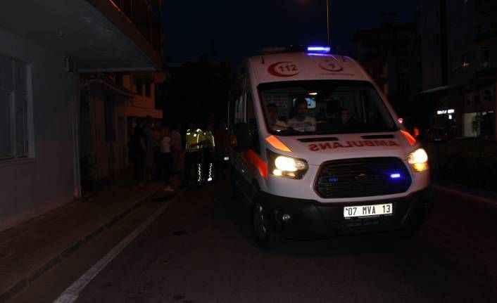 Manavgat'ta süt aldığı aracın önünden karşıya geçmek isteyen çocuğa otomobil çarptı