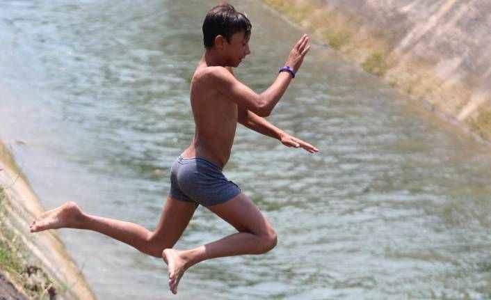 Antalya'da çocukların ölüme meydan okuyan serinleme yöntemleri