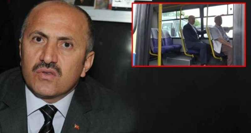 Türkiye, makamına dolmuşla gidip gelen belediye başkanını konuşuyor
