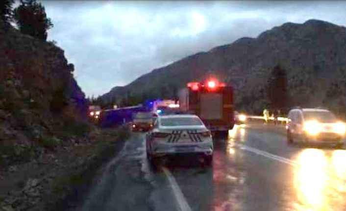 Alanya - Konya yolunda cezaevi aracı devrildi: Mahkum ve askerler yaralı