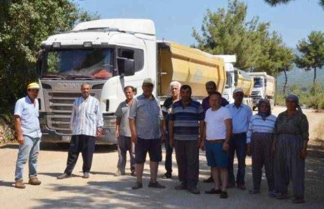 Serik'te mahalleli kamyonların önünü kesti