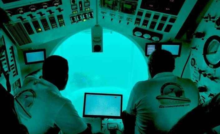 Turistik denizaltı ile mavi derinliklere indiler