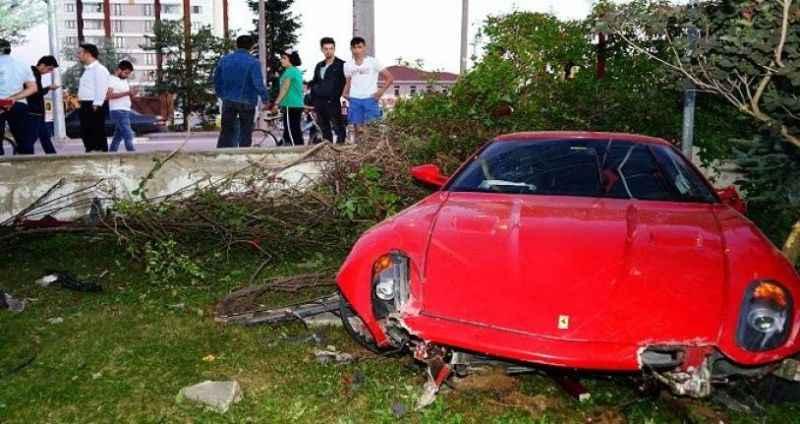 Hızını alamayan Ferrari, okulun bahçesine uçtu!
