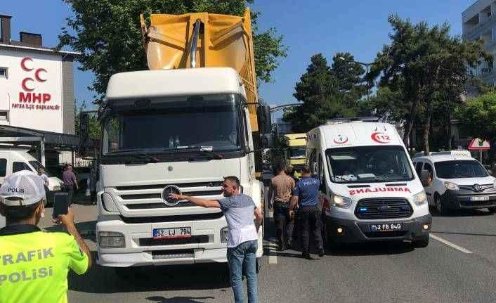 Damperi açılan kamyon üst geçide çarptı: 1 yaralı