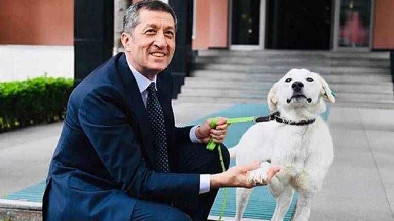 Milli Eğitim Bakanı Ziya Selçuk barınaktan köpek sahiplendi