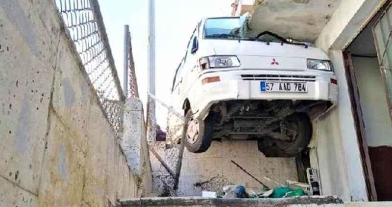 Görenleri şaşkına çeviren kaza! Minibüs yol ile balkon arasına sıkıştı