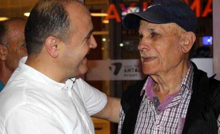 Antalya'da baba ile oğlun 30 yıl sonra film gibi buluşması
