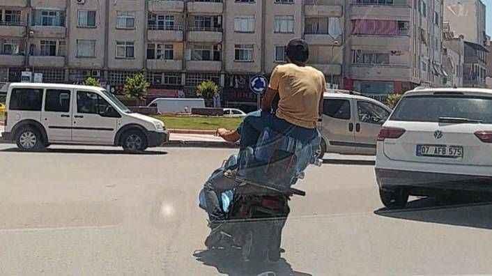 Motosiklette damacana üzerinde tehlikeli yolculuk