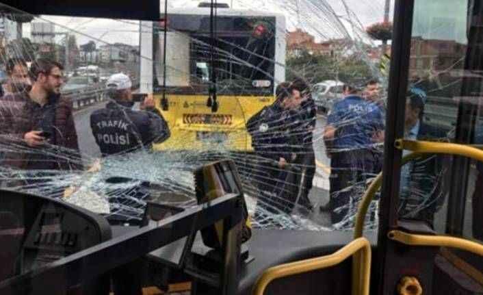 İki metrobüs durakta çarpıştı: 10 kişi yaralandı