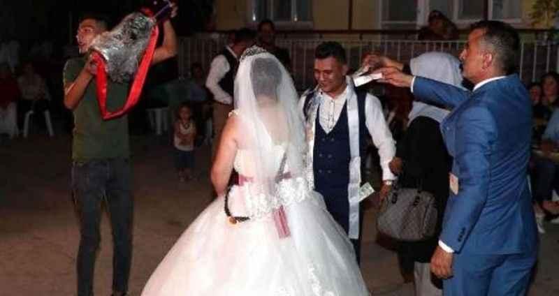 Altın bekliyordu! Düğünde takılanlar damadı şaşırttı