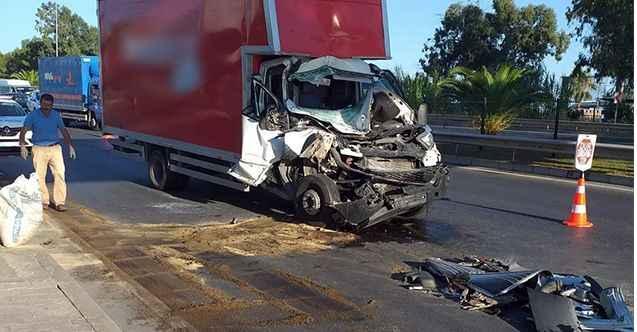 Alanya'da midibüsle kamyonet çarpıştı: 15 yaralı