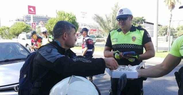 Alanya'da polis ve jandarma sürücülerle bayramlaştı