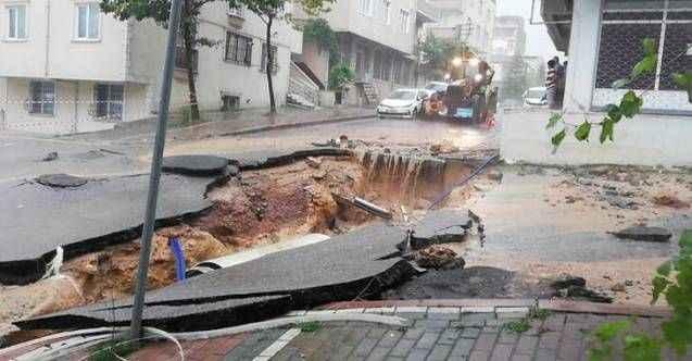 Kocaeli'nde yol çöktü, ev ve iş yerlerini su bastı!