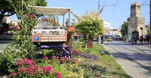 Antalya'da kullanımdan kaldırılan faytonlar şehir süsü oldu