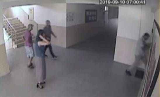 Çocuğunun sınıfı değişmedi diye müdürün odasını bastı