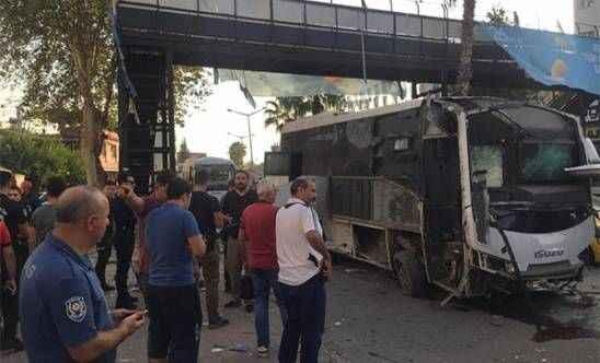 Adana'da polisleri taşıyan araca bombalı saldırı