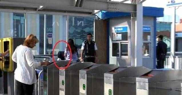 Metrobüste korkunç olay! Genç kız çığlık atarak yakalattı