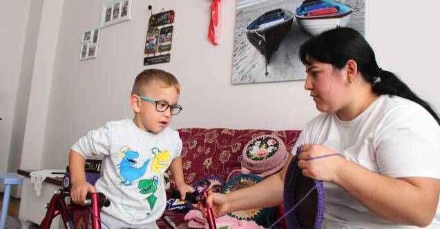 Antalya'da fedakar anne her ilmeği oğlu için atıyor