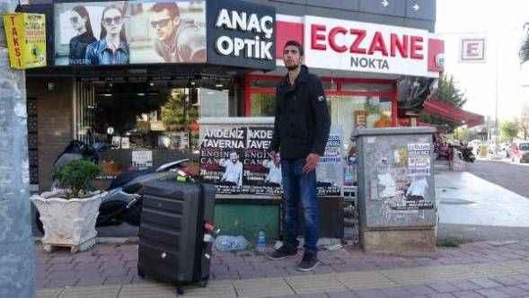 Antalya'da İran asıllı İngiliz turist, kaldırımda cansız manken gibi bekledi