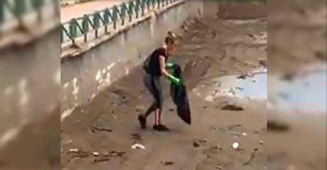 Antalya'da örnek hareket! İngiliz turist, sahilde çöp topladı