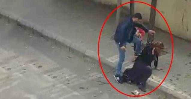 Sokak ortasında dehşet! Eşini, çocuğunun yanında defalarca tekmeledi
