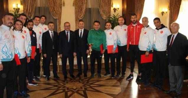 Vali Alanya Milli Eğitim Voleybol Takımı'nı ödüllendirdi