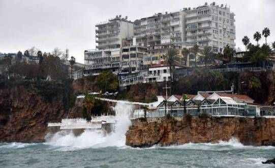 Antalya'da şiddetli yağış, fırtına ve hortum, tarım alanlarını vurdu