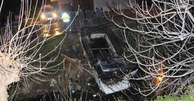 Manavgat'ta hurda yüklü kamyonet yanarak kanala uçtu, sürücü son anda atlayarak kurtuldu