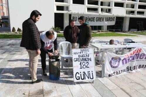 Antalya'da grevdeki işçiler ısınmak için ateş yakıyor