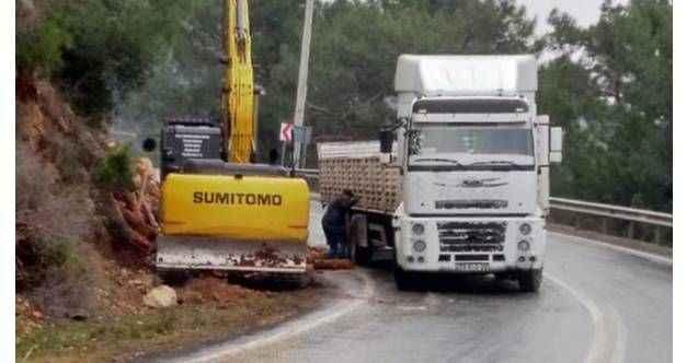 Gazipaşa'da tomruk yüklü kamyon devrildi