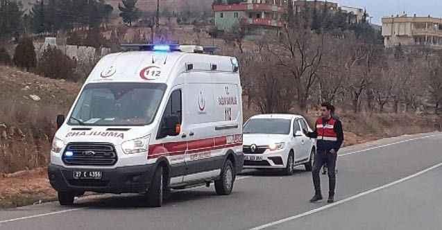 Taklalar atan otomobil kayalıklara çarparak durabildi: 8 yaralı