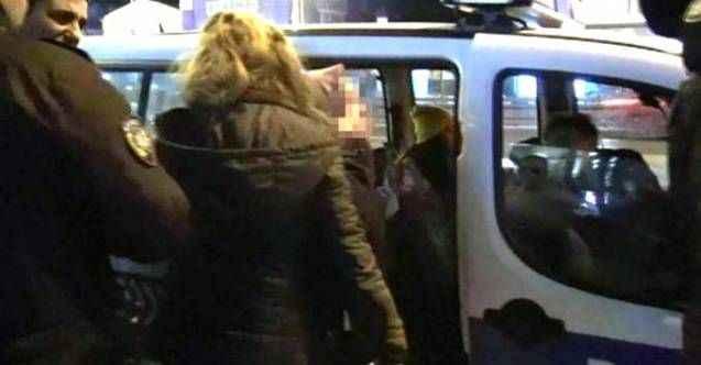 Metrobüste iğrenç olay! Yolcular tartaklayıp polise teslim ettiler