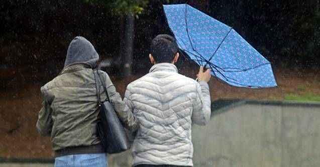 Antalya'da yağmurdan korunmak için açılan şemsiyeler, fırtınayla tersine döndü