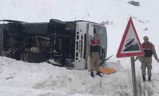Halk otobüsü şarampole devrildi!