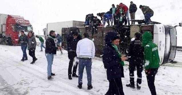 Erzurum deplasmanına giden takımın taraftarını taşıyan otobüs devrildi