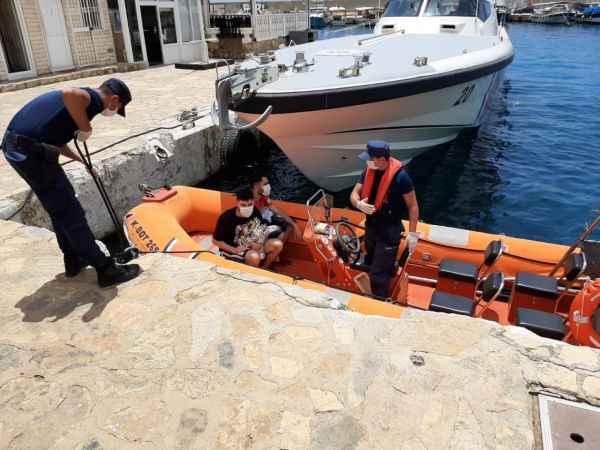 Antalya'da adada mahsur kalan 2 sığınmacı kurtarıldı