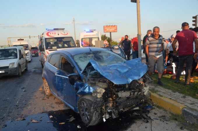 Serik'te kamyonetle otomobil çarpıştı: 3 yaralı