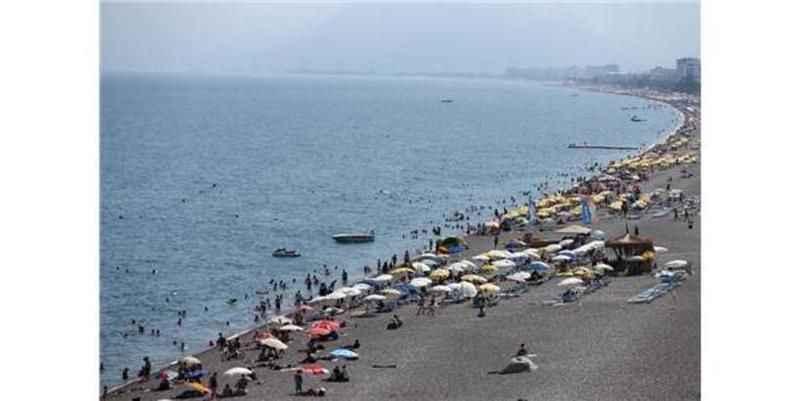 Antalya'da sıcak hava ve yüksek nemde bunalanlar sahillerde serinlemeye çalıştı