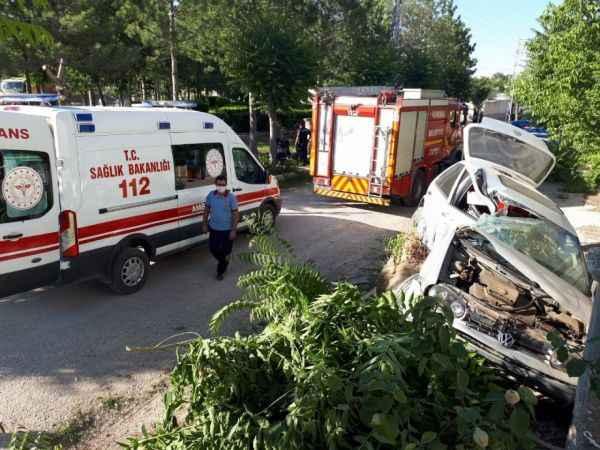 Kontrolden çıkan otomobil ağacı devirdi: 2 yaralı