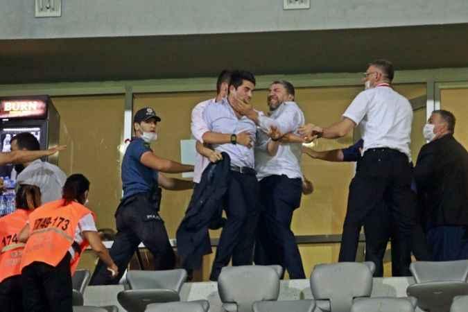 Antalya'da oynanan Play-Off maçının ardından ortalık karıştı, yumruklar hava uçuştu