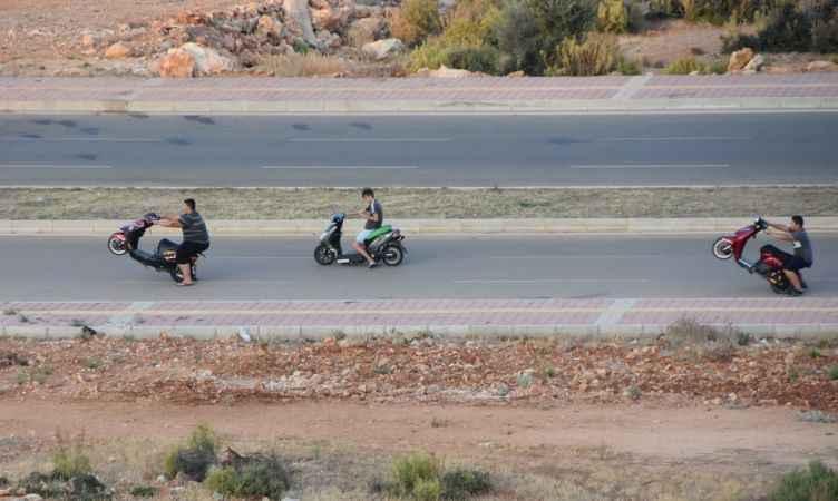 Antalya'da yapımı süren yolda tehlikeli sürüş