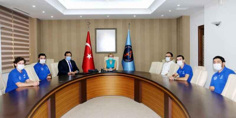 Rektör Özkan, Akdeniz Roket Takımı ile bir araya geldi
