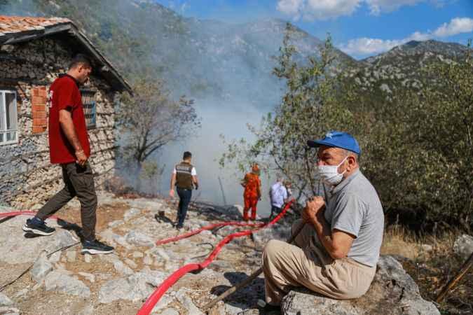 Antalya'da çıkan yangında tarihi düğmeli ev kullanılamaz hale geldi