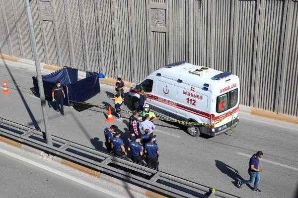 Köprüden atladı: Üzerinden kamyon geçti